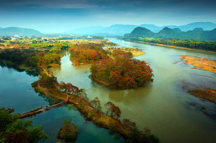 Red autumn leaves along Li River,Guilin