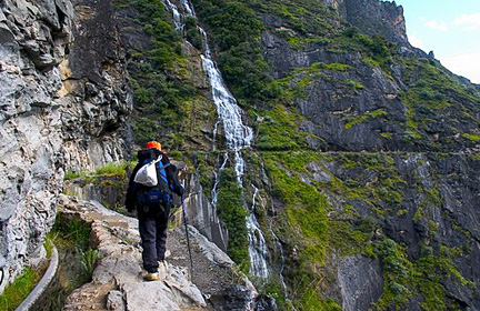Highway Trekking on Tiger Leaping Gorge