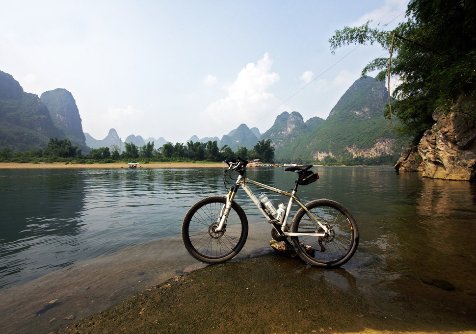Biking Yangshuo town for a refreshing outdoor life