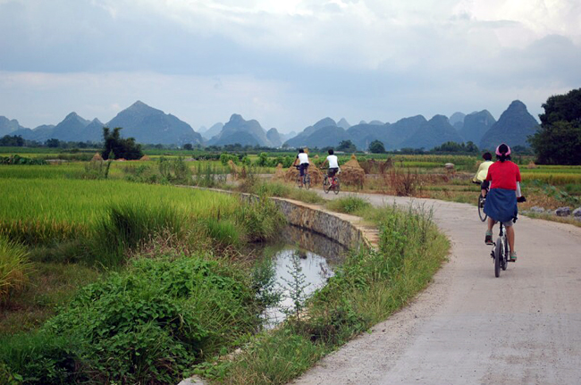 Biking into Huixian Westland Park,Guilin