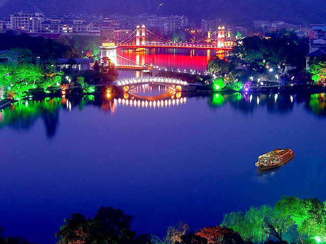 Take a leisure walk along downtown lakes of Guilin
