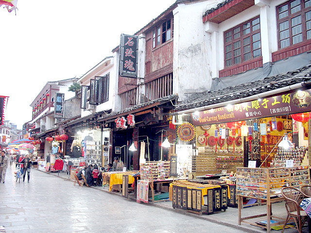 Wandering on Yangshuo West Street for shopping, entertainment or cuisine